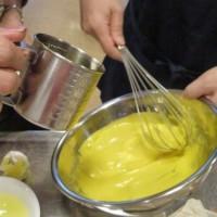 手づくりマヨネーズ作成中です。本当にきれいな黄色でしょ。